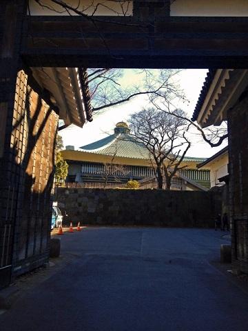 田安門から日本武道館を眺める
